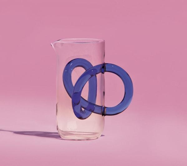 """Dafür sorgt die """"Carafe 02"""" aus Borosilikatglas mit verschlungenem Griff von Atelier Super, 95 Euro."""