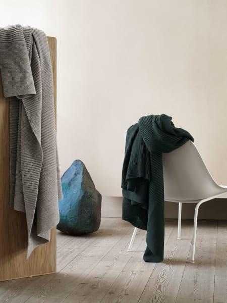 """Nachhaltig wärmeregulierend – Aiayu entwarf für Muuto Decke """"Ample Throw"""" aus Lamawolle. Erhältlich in zwei Farben, ca. 300 Euro."""