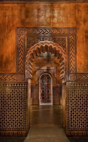 Bis ins Unendliche reproduzierte Ornamente an den Wänden, Böden und Decken, lassen die Räume vibrieren.