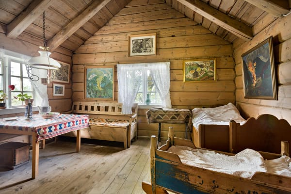 In der Hütte (hier:Nikolai Astrups Bauernhaus in Norwegen) ist weniger mehr: Holzbalken, rustikale Webstoffe, eine Truhenbank, zwei Betten – und: keine Technik!
