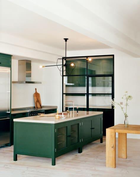 """In der """"Osea""""-Küche von Plain English trennt ein schlichtes Gitter        mit Glaseinsätzen den Vorratsbereich ab."""
