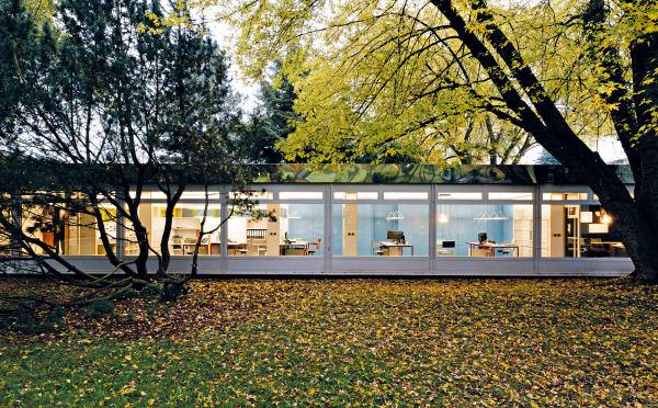 Im Tecta-Werk und dessen Bürotrakt, erbaut von Alison und Peter Smithson, arbeiten 40 Spezialisten mit jungen Entwerfern.