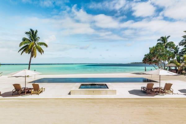 Wohnen auf einer einsamen Insel: unbewohntes Atoll im Tuamotu-Archipe im Pazifischen Ozean.