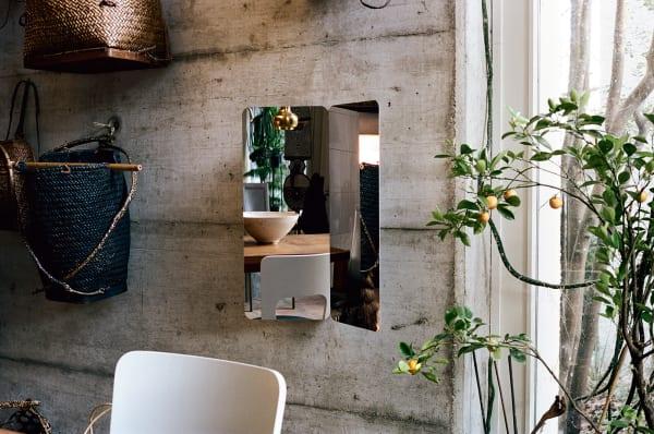 """Das Debut des Jungdesigners Daniel Rybakken: Die Spiegelserie """"124°"""" ist der erste realisierte Entwurf des Norwegers. Good job: Mit seinen zeitgenössischen Entwürfen (auch sehenswert: Kleiderständer """"Killa"""") passt er zur Philosophie von Artek. Hier Spiegel """"124°"""" in seiner größten Variante."""