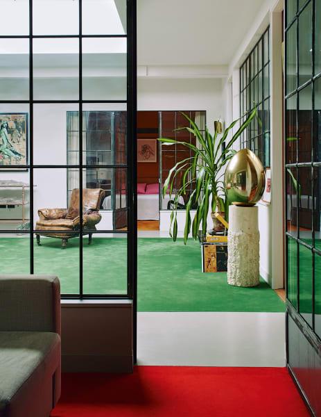"""The artist is present: In der ganzen Wohnung hat Bella Freud Skizzen und        Bilder ihres Vaters Lucian aufgehängt. Im Wohnzimmer steht sogar sein        alter Malwagen. An der Wand befindet sich ein Print von Francis Bacons """"Lying Figure""""."""