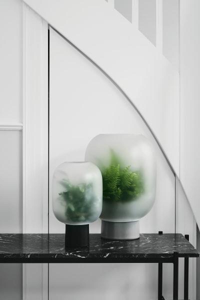 """Unter die Haube kommt Grün bei Michael Rem. Sein """"Nebl""""-Entwurf aus        Keramiktopf und Mattglasglocke konzentriert sich auf das Wesentliche.        Und enthüllt durch den sanften weißen Schleier besonders klar die feine        Silhouette, ab 94 Euro, über Gejst."""