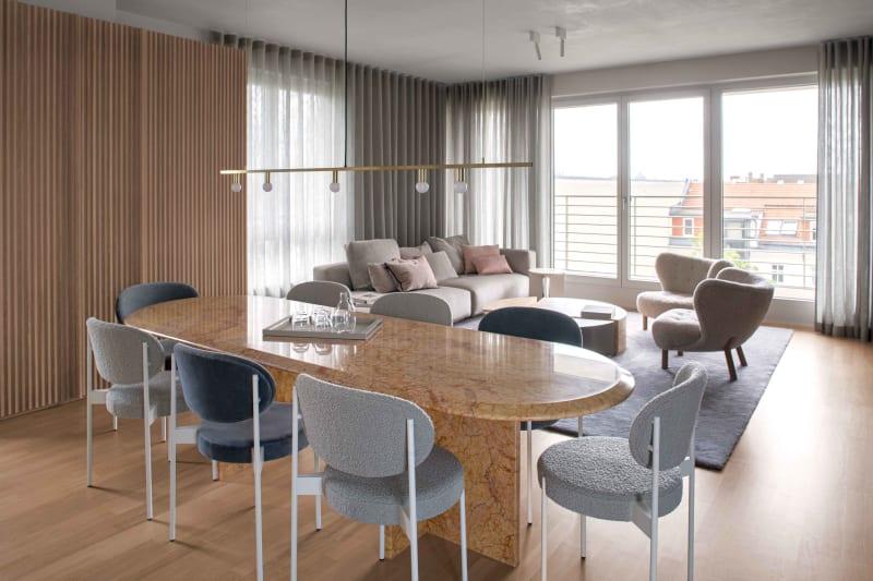 Ess- und Wohnbereich in Berliner Apartment von Ester Bruzkus Architekten