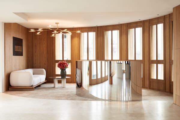 """In der Lobby steht das Sofa """"Onigri"""", das Louis Denavaut für dieses Büroprojekt entworfen hat. Die französische Möbelmarke Cider hat das Modell jetzt in ihren Katalog aufgenommen."""