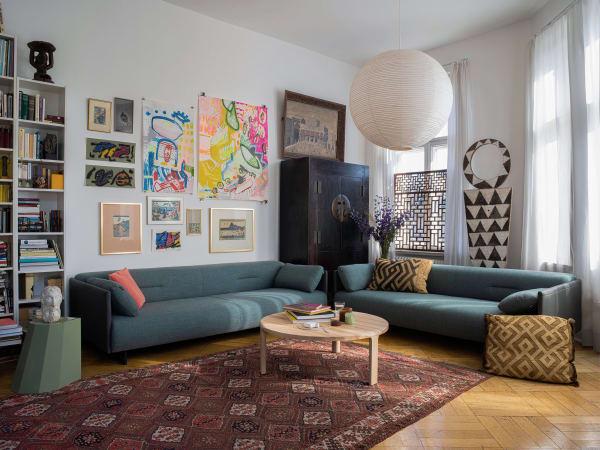 Das Sofa stammt von dem 2011 gegründeten Polstermöbel-Label freistil Rolf Benz. Die umweltfreundliche Herstellung der verwendeten Materialien ist mit dem Blauen Engel zertifiziert.