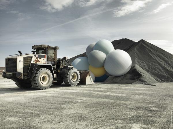 Mit seinen Bildern möchte Charles Pétillon Kontraste schaffen – hier hat er die Ballons auf einer Baustelle geparkt.