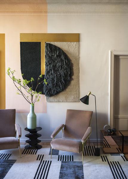 """Leseecke im Showroom-Apartment: Re-Edition von Gio Pontis """"Armchair D.153.1"""" für Molteni & C., darüber Wandbild """"Sonia A"""", CC-Tapis."""