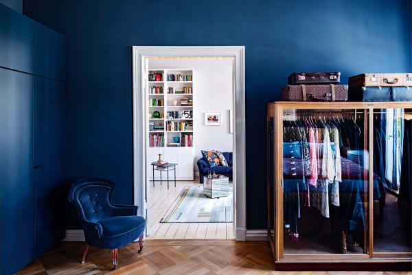 """Ein antiker Pelzschrank sorgt für Durchblick in Kleiderfragen. Das        Schlafzimmer wurde samt Ikea-Schrankwand in """"Hague Blue"""", ebenfalls von Farrow & Ball, gestrichen."""