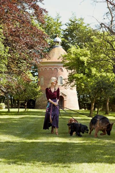 Claudia Schiffer ist jeden Tag mit ihren vier Hunden auf dem Anwesen unterwegs.