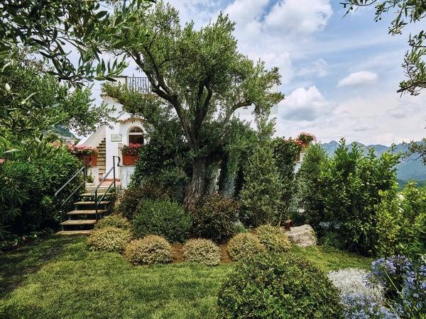 """Die Villa Margherita ist das Gästehaus des Hotels """"Caruso"""" in Ravello – mit privatem Garten. belmond.com"""
