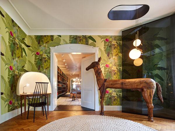 """Das Holzpferd im Treppenzimmer stammt ebenfalls aus Indien, die handgemalte Tapete """"Merian Palm"""" ist dafür schottisch."""