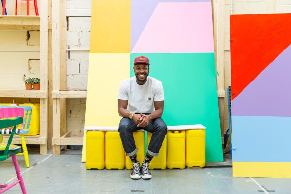 Der britisch-nigerianische Designer recycelt alte Stühle.