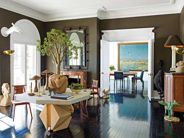 Den Sitting Room dominiert ein asymmetrisch geformter Tisch, den Bruno in Los Angeles entdeckte. Eine ganze Menagerie von Tierskulpturen bevölkert nicht nur diesen Raum, sondern auch das Treppenhaus oben.