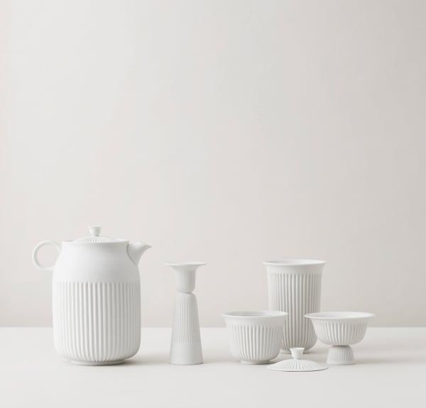 """Für """"Tsé"""" ließ sich Designer Pili Wu vom geriffelten Plastikgeschirr inspirieren, von dem man in den Straßenrestaurants seiner Heimat Taiwan speist. Nicht aus Plastik, sondern aus unglasiertem, handpoliertem Porzellan besteht sein Teeset für die dänische PorzellanmanufakturLyngby."""