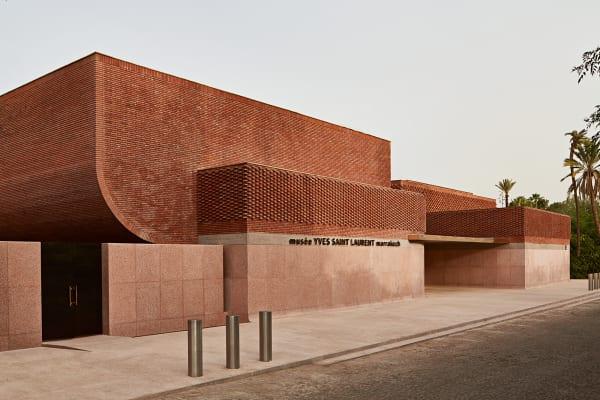 Das Gebäude als Zusammenspiel aus Kanten und Kurven, angelehnt an Entwürfe des Designers Yves Saint Laurent. Der Eingang weist Richtung        Osten.