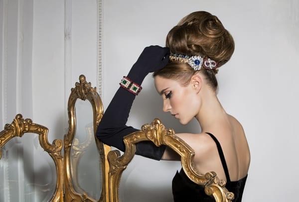 """Bulgari de luxe: Das Model trägt Broschen aus den 30ern im Haar, am Arm das """"Kilim""""-Band von 1988."""