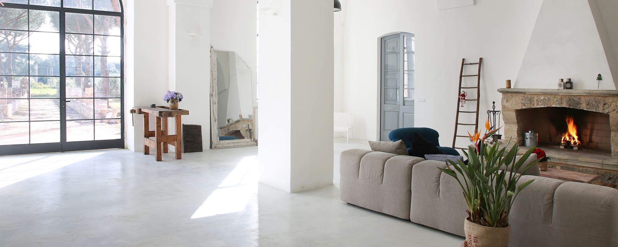 Il Tabacchificio, Villa, Apulien, Sofa, Lounge, Kamin, Spiegel, Interiordesign