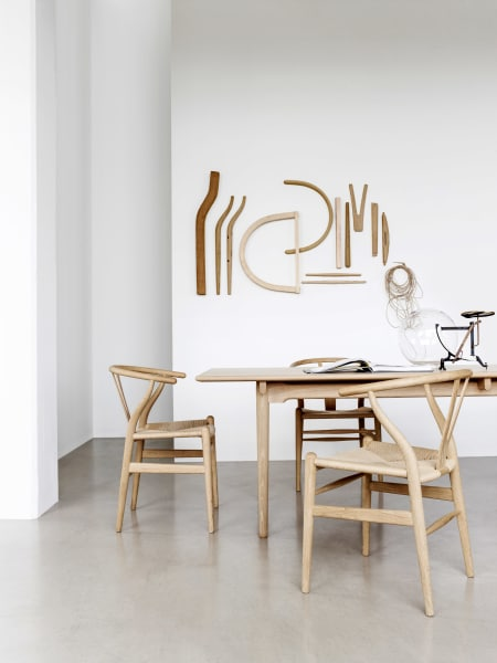"""Aus Eichenholz und Papiergarn fertigt Carl Hansen&Søn den """"Wishbone Chair"""" von Hans J. Wegner, 833Euro."""