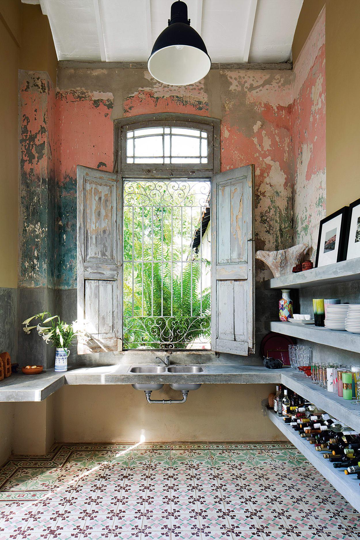 In Der Küche Der Kubanischen Villa Unten Lässt Das Leuchtende Spiel Der  Farbreste Verschiedener Zeiten Sogar
