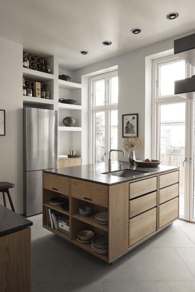 Kochinseln sind für die Schreinerküchen vonGarde Hvalsøeeigentlich unüblich. Thomas Lykke wünschte sich aber ein Element zwischen den beiden großen Flügeltüren die auf die Terasse führen.