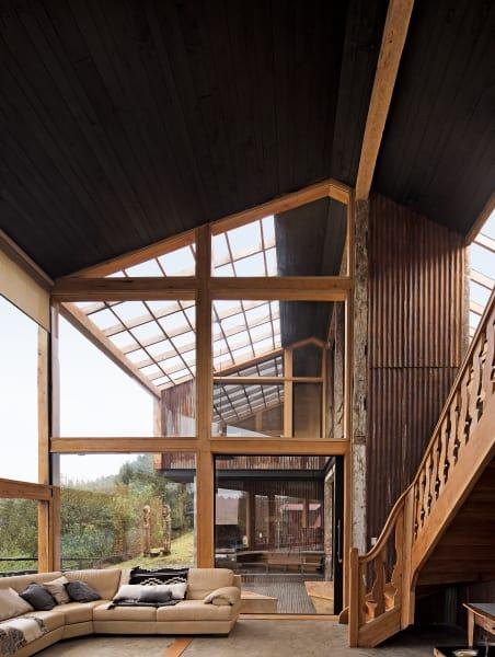 Am Anfang war die Treppe: Sie stammt aus dem Restaurant der Hausherren in  Santiago de Chile. Mit den Glasfronten und transluzenten Dachpaneelen maximierten die Architekten den natürlichen Lichteinfall; an kühlen Tagen trägt dies zur Heizung des 200 Quadratmeter großen Gebäudes bei.
