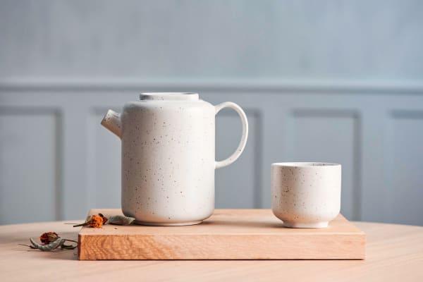 """Becher (2er-Set für 23 Euro) und Teekanne (75 Euro) """"Forma"""" aus Steingut halten nicht nur ihren Inhalt warm, Bolia."""