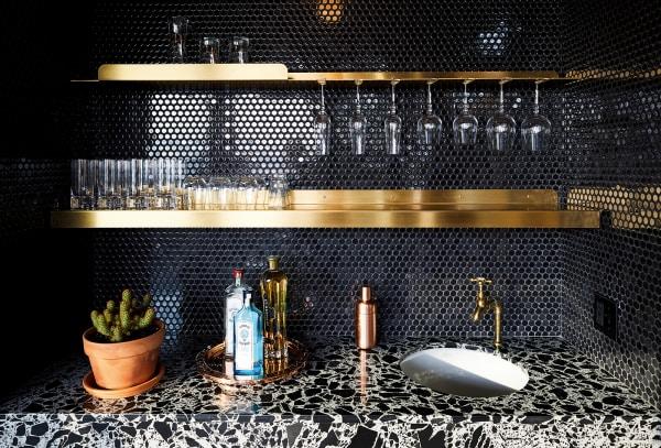 Die Penny Tiles von Waterworks in der Küche von GRT Architects bilden das Relief eines Mosaiks nach.