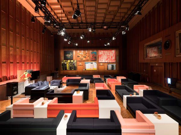 """Konzentrisch rahmen """"Standard Sofas"""" und dessen Sesselvarianten den Talk-Bereich im Aufnahmesaal ein."""