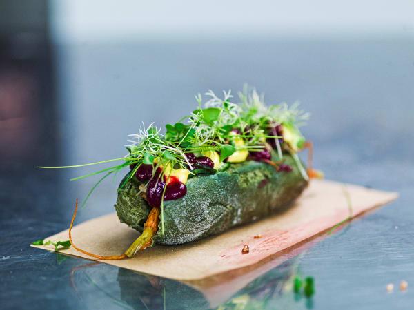 Ist das noch ein Hotdog? Das Brötchen, hergestellt aus Spirulina und anstatt mit Wurst füllt das Wecken Gemüse.