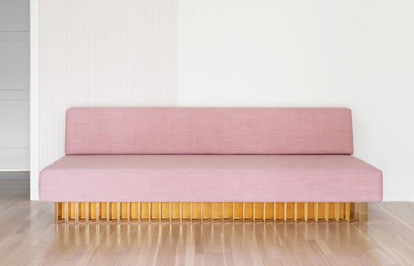 Das Sofa von Brook & Lyn mit glänzendem Messingsockel und Leinenstoff von Kvadrat.