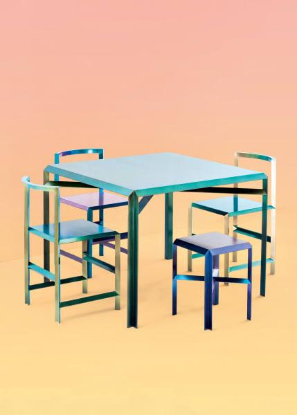 """Small is out: Das Designstudio denkt groß. Und hat daher dick aufgetragen – Farbe nämlich! Messingtisch und -stühle wurden in """"holografischen Chamäleon-Tönen"""" gestrichen,die von Moosgrün bis Elektriklila schimmern, via m-l-xl.org. Ab 1200 Euro."""