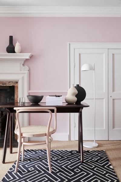 """Wand: """"Pink Slip 220"""", Stuck, Tür, Sockelleiste und Fries: """"China Clay 1""""."""