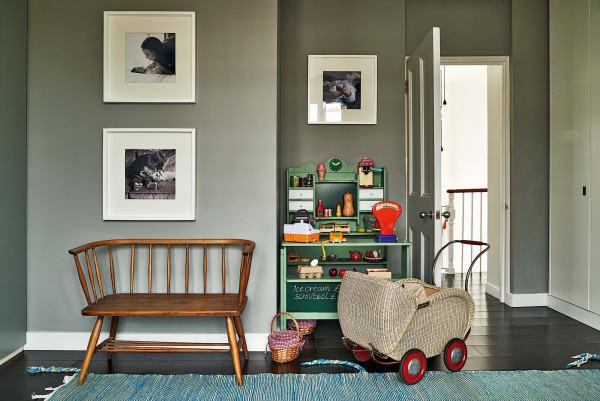 Kleine Nomaden: Spielecken können überall im Haus entstehen, der Kaufmannsladen oder die Spielküche schaffen, in irgendeinem Winkel aufgestellt, sofort einen spannenden eigenen Bereich.