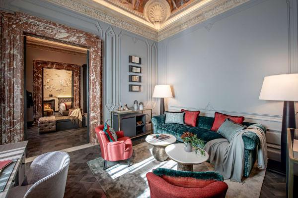 Unter den marmornen Türstürzen wandelte schon der Papst. Heute führen sie vom Studio zu Ankleide- und Gästeschlafzimmer. Das Baxter-Sofa wird flankiert von zwei Promemoria-Leuchten.