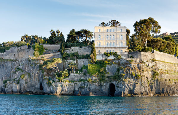 Man erkennt noch die Terrassen und die Grotte am Wasser, die ein römischer Imperator in die Felsen schlagen ließ. Als William Waldorf Astor 1900 Jahre später am selben Ort ein Haus für seine spektakuläre Antikensammlung schuf, galt seine Villa bald als eine der schönsten der Welt.