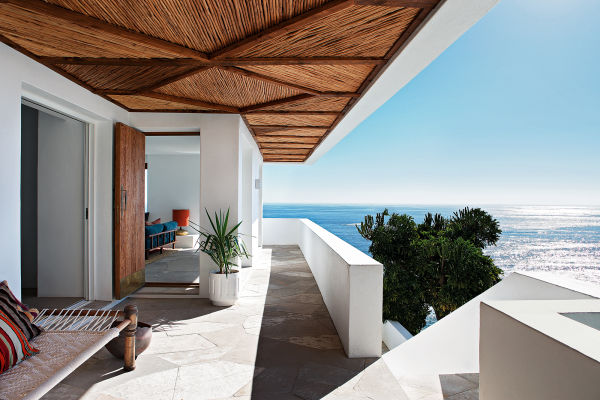 """""""Ich mag es nicht zu kalt und minimalistisch"""", sagt Kearnon O'Molony. Das Reetdach bringt Wärme in die kantige Gradlinigkeit im Eingangsbereich."""