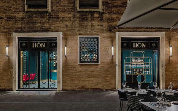 """Auch das Regal im Fenster und der Schriftzug des Restaurants erinnert an den """"Great Gatsby""""."""