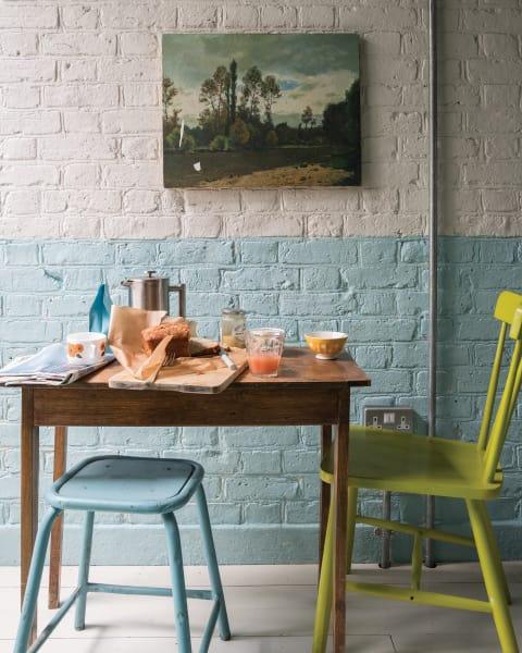 Klein anfangen: Ein Pastellton, der nur den unteren Bereich färbt, sorgt für einen dezenten Kontrast und weiche Übergänge. Für mehr Stimmigkeit: einzelne Key-Pieces in der Wandfarbe einsetzen.