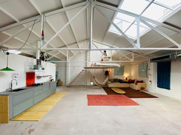 Mendaro ist in Madrid als Architektin tätig. Sie sagt selbst, dass sie Möbelstücke aus Ungeduld selbst designt und produziert.