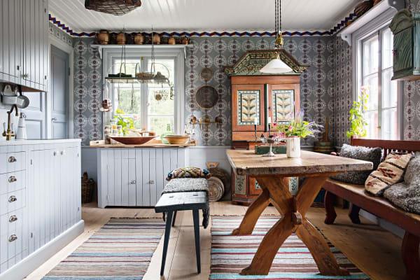 Als Monica Liljedahl die Küche renovierte,fand sie unter derTapete schablonierte Wände, die sie selbst restaurierte– sie belegte eigens einen Kurs dafür. Fast alle Möbelstücke im Haus wurden auf dem Hof hergestellt, so wie dieser Küchentisch aus dem Jahr 1750 und das Kabinett von 1826.