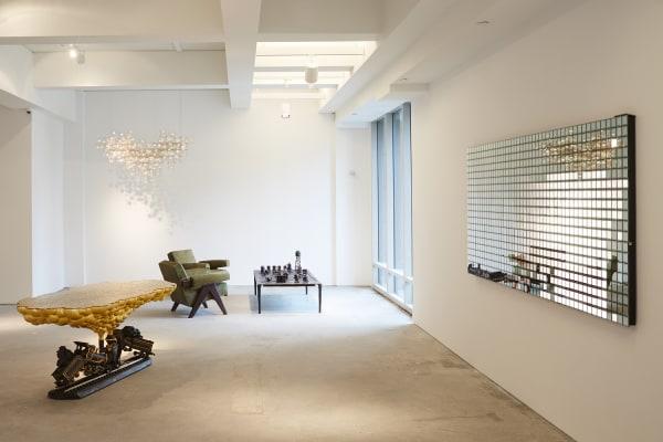 """Die Installation """"You fade to light"""" von Random International an der rechten Wand reflektiert die Bewegungen der Besucher."""