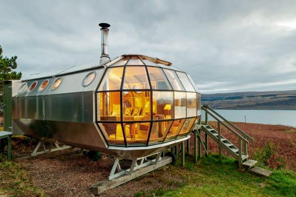 Dieses architektonische Meisterstück ist nicht von dieser Welt. Das nachhaltigeRaumschiff aus isoliertem Aluminiumbefindet sich in abgeschiedener Lage mit atemberaubendem 360-Grad-Ausblick auf die Isle of Mull. Gäste genießen hier alle Annehmlichkeiten – vom Espressokocher bis hin zum Kamin und können sich bei einer schönen Tasse Tee einkuscheln und nach dem Großen Wagen und Orion Ausschau halten.