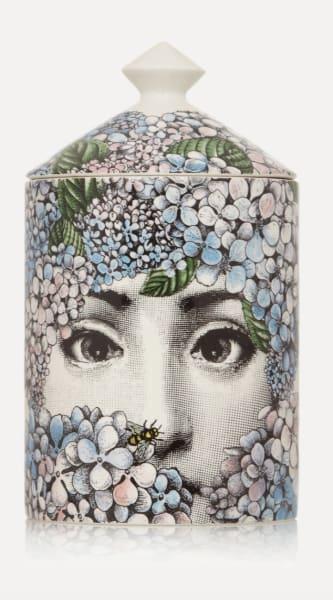 """Lina Cavalieri schaut durch eine Schar von Hortensienblüten: """"Ortensia"""" von Fornasetti. Hier kaufen: über Net-a-Porter, um 140 Euro."""