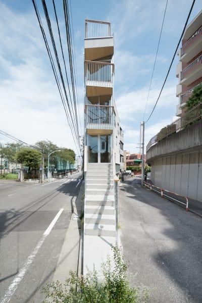 Wohnungen, Büros und Shops brachte Masatoshi Hirai in diesem spitz zulaufenden Bau in Tokio unter.