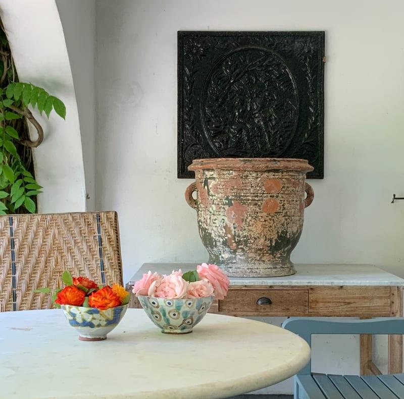 Tischdekoration: Schalen mit Rosen auf dem Tisch