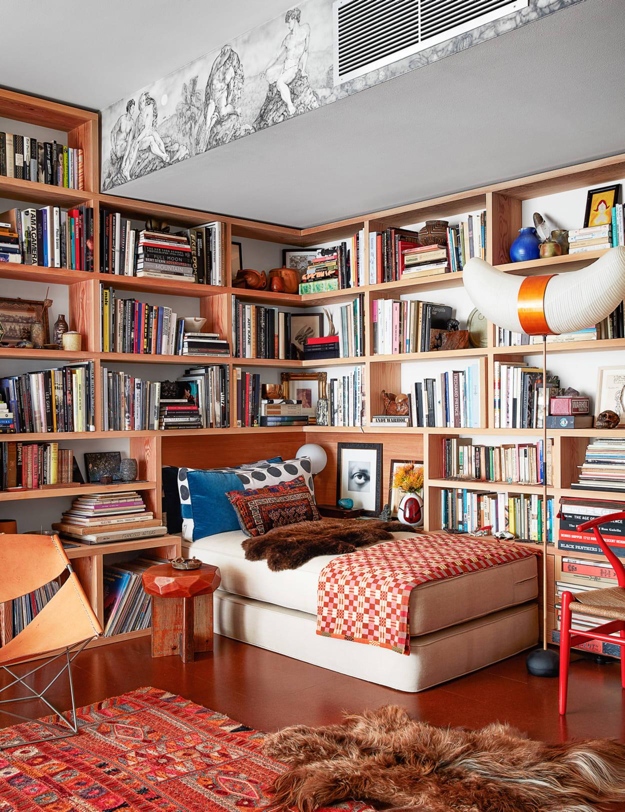 Von Bücherregalen umgebenes Daybed im Apartment von Roman Alonso in Los Angeles